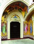 Крытый арочный портал храма, украшенный византийским крестом и фигурками птиц, выполненными в XI столетии.