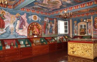 Зал, где представлены мощи святых